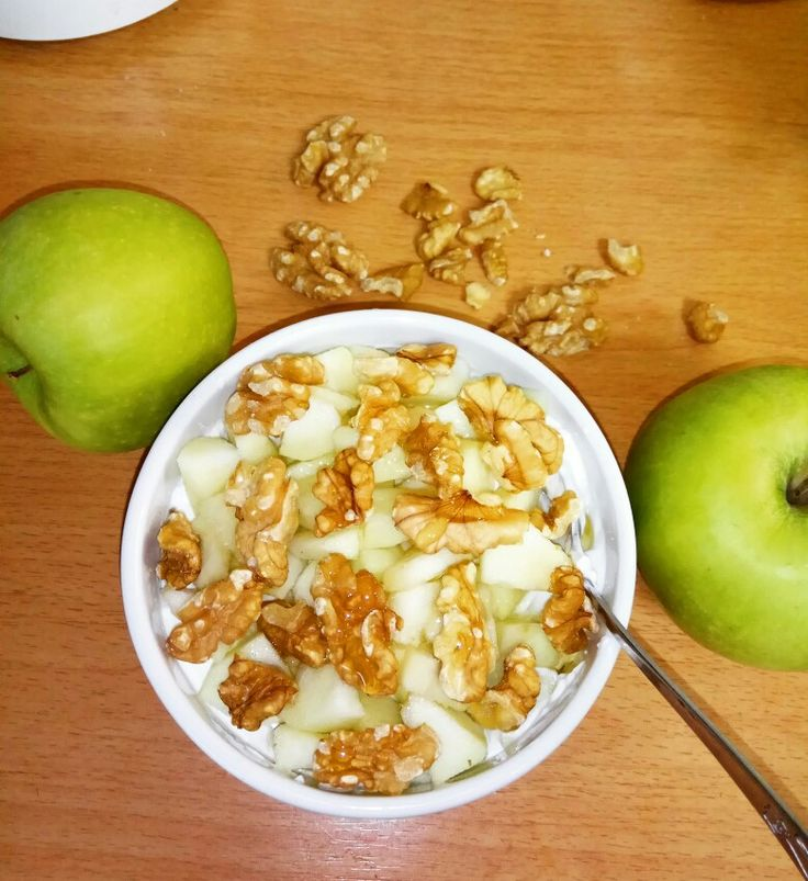 Greek yogurt with green apple, walnuts and agave 😋