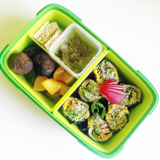 Today's box for the day: #norice #sushi with #avocado #lettuce #carrot #radish #radicchio in it. Instead of rice I made #cauliflower rice, half with #garlic, half with #turmeric to get more colors. I will dip in the leftover #wasabi avocado sauce, + one flatbread, #nectarine And #protein balls  Mai dobozka: szusi wasabis avokádó szósszal, laposkenyér, nektarin, proteingolyók