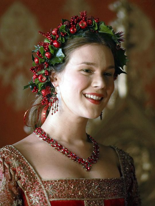 Joss Stone as Anne of Cleves in 'The Tudors' wearing a chaplet. Chaplets were wreaths or garlands of leaves or leaves & flowers worn upon the head, bestowed as a mark of honor or symbol of esteem. Often worn by first-time brides with their hair loose, in token of virginity, and a wreath or chaplet of orange blossoms - sometimes enamelled and jewelled - was traditional.