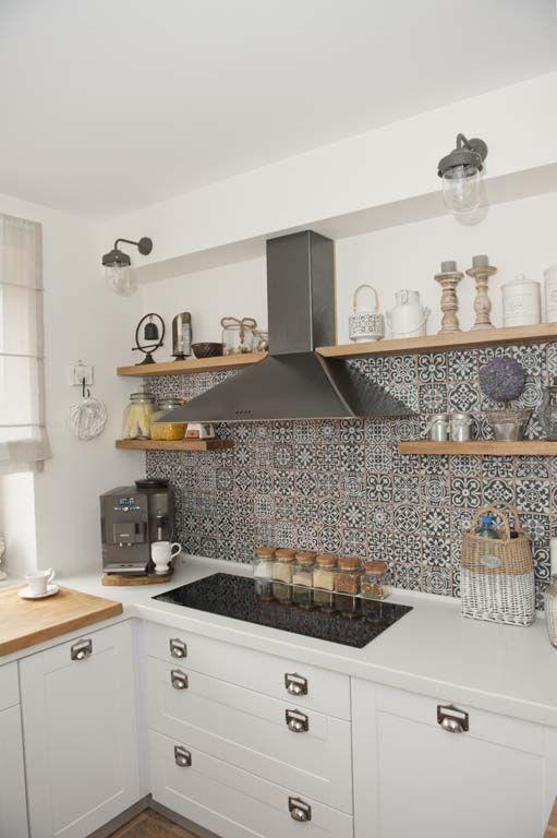 ściana z okapem w kuchni,jak udekorować ścianę z okapem,marokańskie płytki na ścianę,czarny okap,półki z okapem,drewniane półki w kuchni,prostokątna ceramiczna płyta w kuchni,białe blaty ze staronu w kuchni,szklane słoje w kuchni,białe latarenki,jak urzadzić ścianę z okapem w kuchni,pomysł na scianę z okapem w kuchni,okap z półkami w kuchni,szare płytki marokańskie do kuchni,szklane lampiony,pudełka ozdobne z ocynku,lawenda w doniczce,dekoracje do białej kuchni,rustykalne dekoracje w…