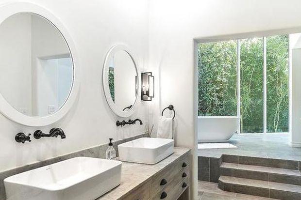 Tour Selena Gomez S Light Airy Encino Estate In 2020 Home House Bathroom