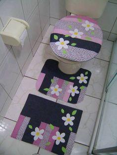 Jogo de Banheiro- Patch Margarida  Produzido em tecido 100% algodão,jeans,fibra, forro algodão cru e aplicações de margaridas e fuxico.  OBS; CONSULTAR DISPONIBILIDADE DE TECIDOS.