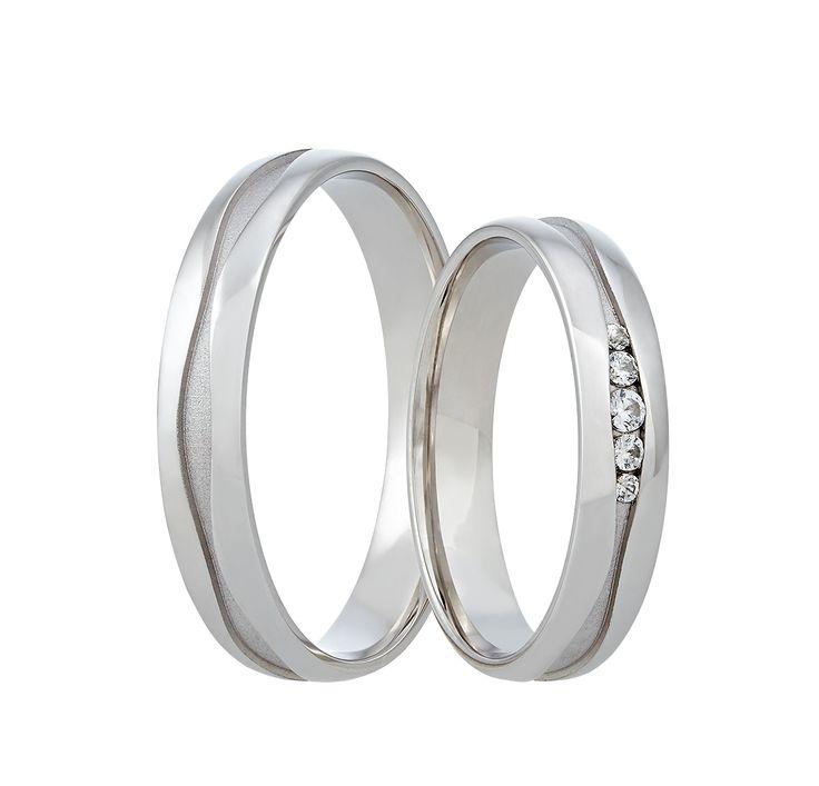 Dáváte přednost bílé klasice? Pak jsou tyto snubní prsteny pro vás jako stvořené.