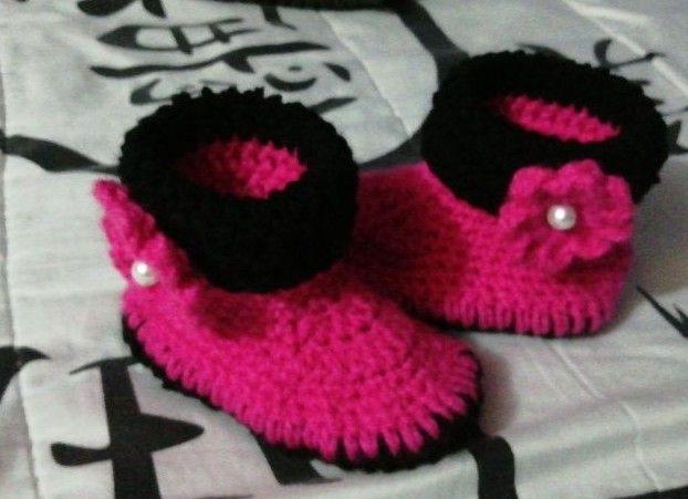 Botas rosa, tejidas a crochet.