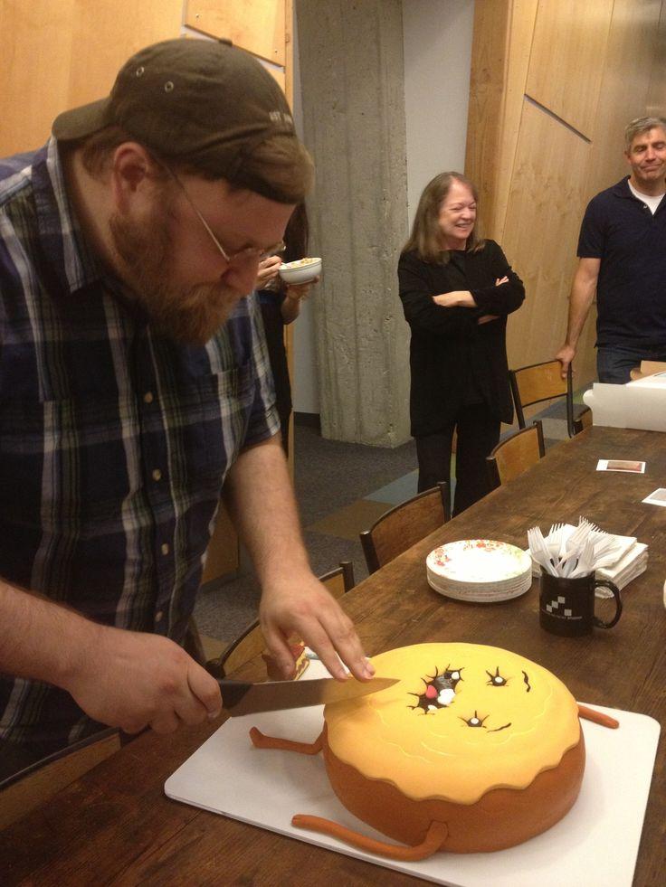 Hora de Aventuras. Pendleton Ward cortando su tarta de cumpleaños. ¡Noooo! ^__^