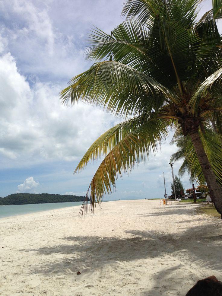 Strand bij honeymoon hotel Meritus Pelangi Beach in Langkawi!