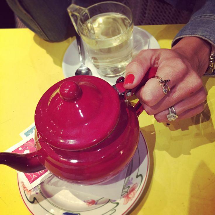 Une petite bague à mixer avec d'autres... Parfait combo d'une MAMA ultra mode...  Une tasse de thé madame?