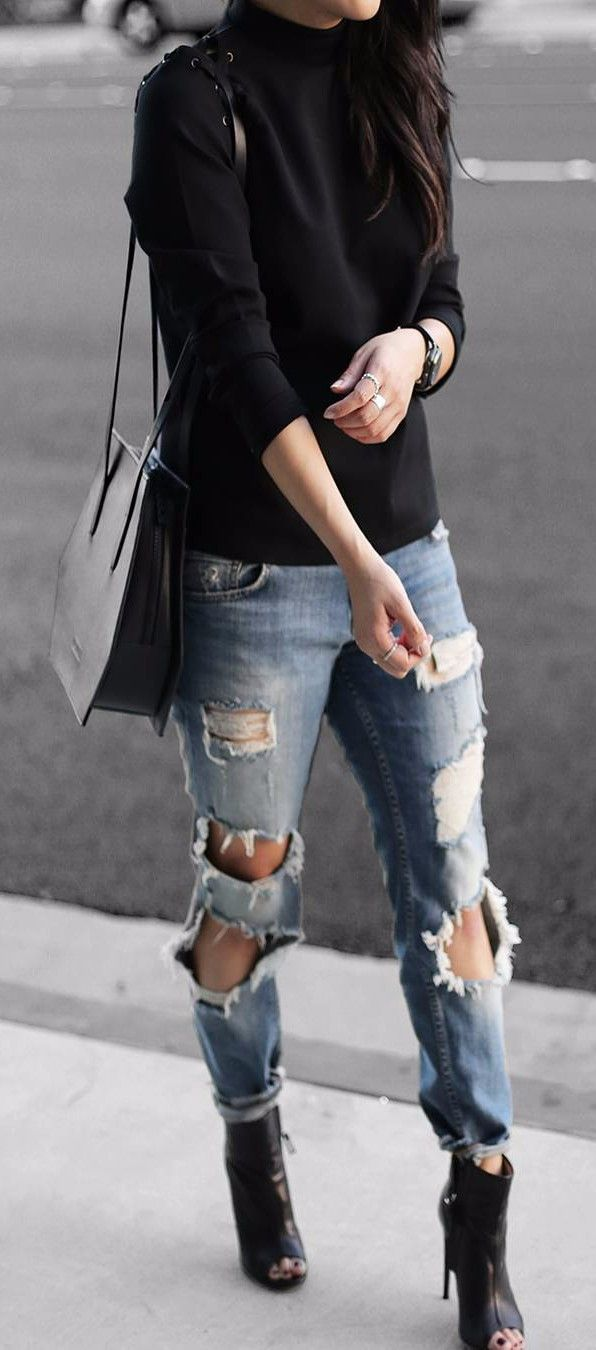 Living in this rips lately - they are perfect for strolling the streets | Stylish outfit ideas for women who follow fashion.