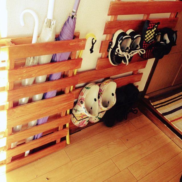 履いた靴を出しっぱなしにしておいて、気がつくと玄関が靴でいっぱいになっているなんてことはありませんか?玄関は誰もが必ず通る場所なので、いつもキレイに保っていたいものです。取り出しやすくて片付けやすい靴の収納アイディアを7つご紹介します。