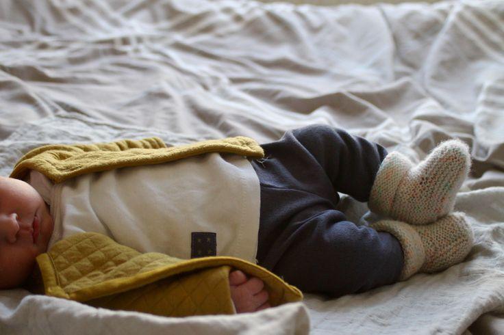Adèle est née !♥♥♥ Voici sa petite tenue de naissance, emportée à la maternité.✄✄✄ Je voulais du tout doux, du moelleux, du jersey, et surtout un ensemble pas compliqué à enfiler. Il est assez di…