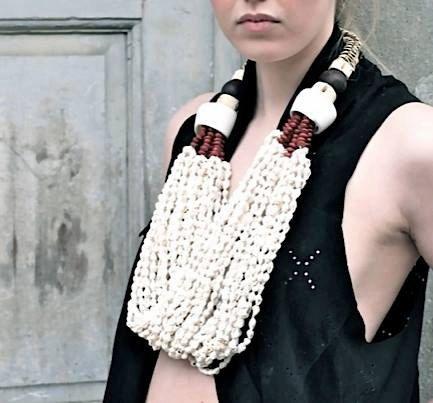 www.cewax.fr love this statement necklace ethno tendance, style ethnique, #Africanfashion, #ethnicjewelry - CéWax aussi fait des bijoux :  http://www.alittlemarket.com/collier/fr_collier_ethnique_en_wax_tissu_africain_beige_marron_envoi_0e_-9876417.html-  Authentique bijoux tribaux de Papa-néo-guinéen. Couches de petites coquilles & graines.