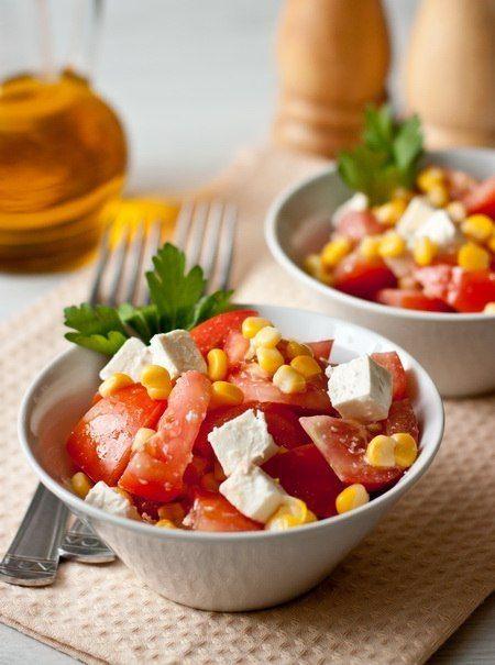 Ингредиенты на 4 порции:  3 крупных помидора  1 банка консервированной кукурузы 140 г феты соль и перец по вкусу 2 ст.л. оливкового масла для заправки