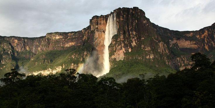Mit 979 Metern ist der Salto Ángel im Südosten Venezuelas der höchste freifallende Wasserfall der Erde - und eines der beliebtesten Tourismusziele der Region.