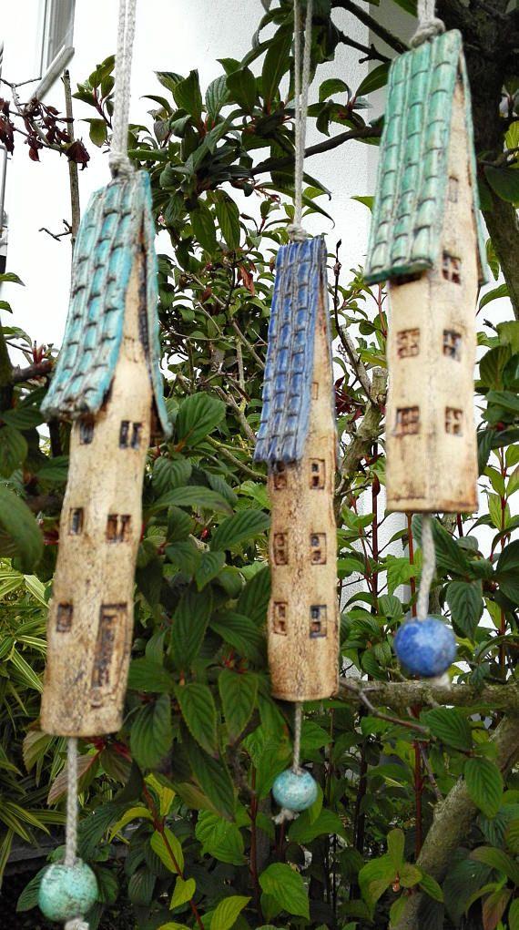 Drei Glocken/Stäbe, die man freihängend zb. in einem Baum aufhängen sollte. Wenn es windig ist oder Vögel auf dem Zweig herumhüpfen bimmeln sie ganz zart. Länge von 22, 20 und 18 cm Durchmesser 2,5 + 2,5 cm Gewicht ca. 160, 140 und 140 gr. Absolut einzigartig Sie sind für den Innen- und Außenbereich nutzbar. Gerne sende ich weitere Bilder oder schau dich um auf: www.kleine-welten-aus-ton.de Die Glocken / Stäbe gehen sehr gut in Luftpolsterfolie verpackt in einem sehr stabilen K...