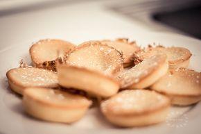Friands - často jsou zaměňovány za americké cupcakes nebo muffins, ale rozdíl je v tom, že základ těsta netvoří mouka, ale mandlová mouka a bílky. Zamilujete si je jak pro jejich chuť, tak snadnost.