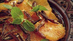 Salade van sinaasappels met dadels, geroosterde geschaafde amandelen, kaneel en room