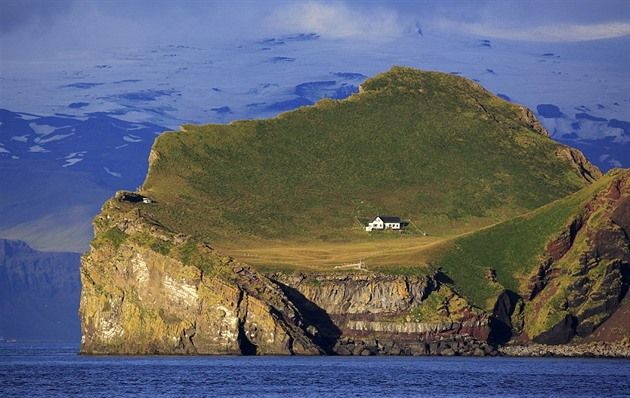 Před třemi sty lety se na ostrůvek Elidaey, který patří Islandu nastěhovalo 5 rodin, počátkem dvacátého století se odstěhovala ta poslední, která po sobě zanechal  dům. Dnes se sem jednou za čas sjíždí lovci papuchalků.