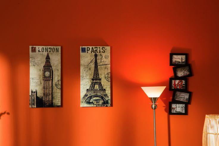 Decora con cuadros que contrasten con el color de tus paredes.