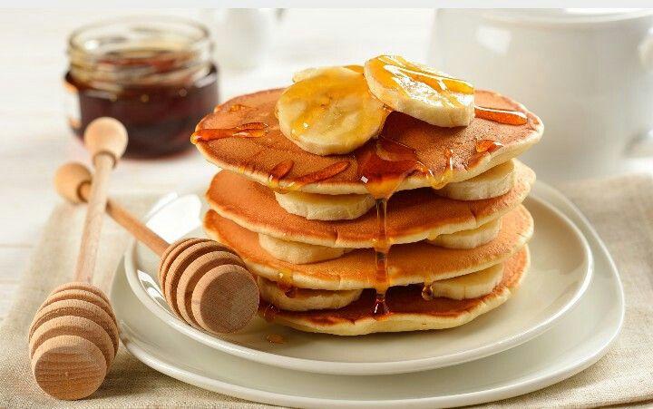 Una buonissima colazione a base di pancake con banane ed un delizioso strato di miele che rende la giornata  più  dolce