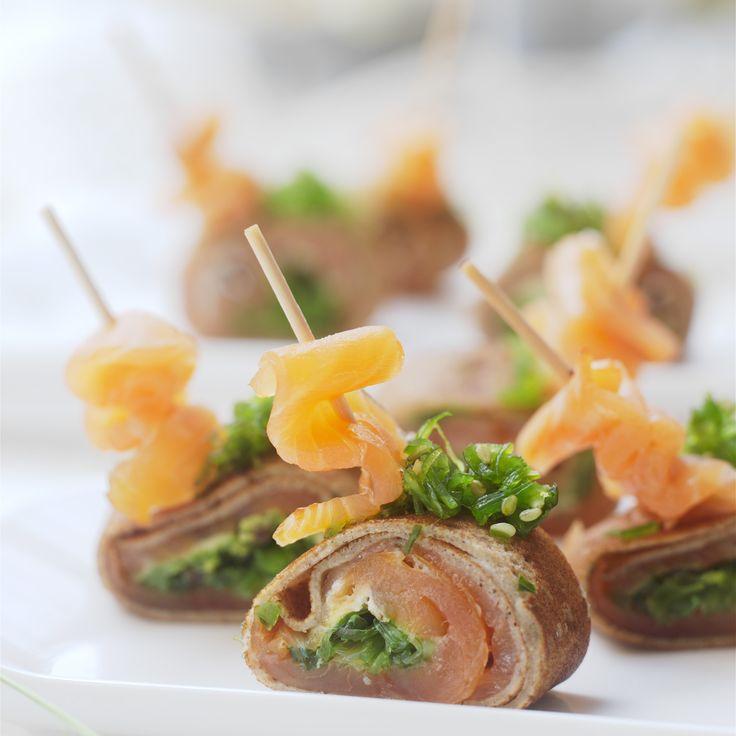 Roulés de crêpes de sarrasin au saumon et tartare de wakame