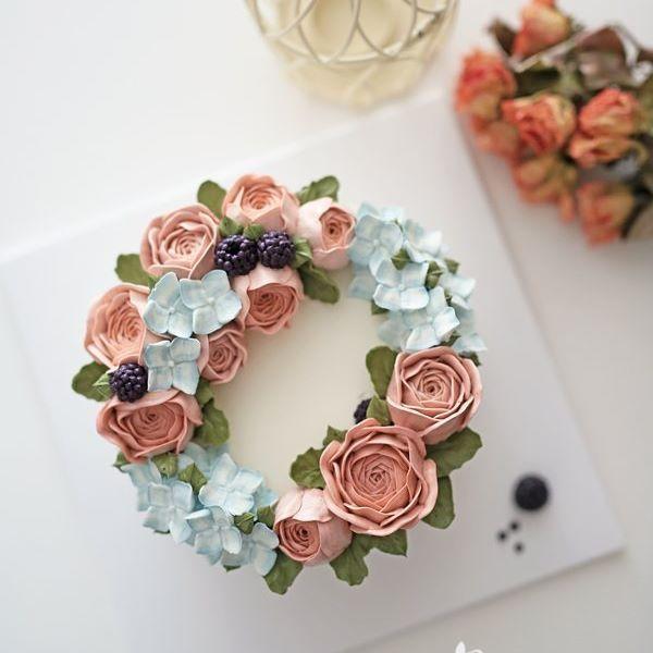 간만에 주문케이크~ 어머니 생신선물로 주문해 주셨어요~ 우아한 핑크작약과 수국다발, 베리로 포인트를 준 멋스러운 리스케이크로 제작해 드렸어요…