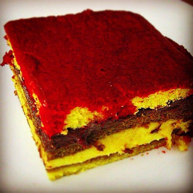 """Strati di Pan di Spagna inzuppato di Alchermes alternati a crema gialla e crema di cioccolata, il tutto a formare una bella mattonella dolcissima chiamata """"Zuppa Inglese"""""""