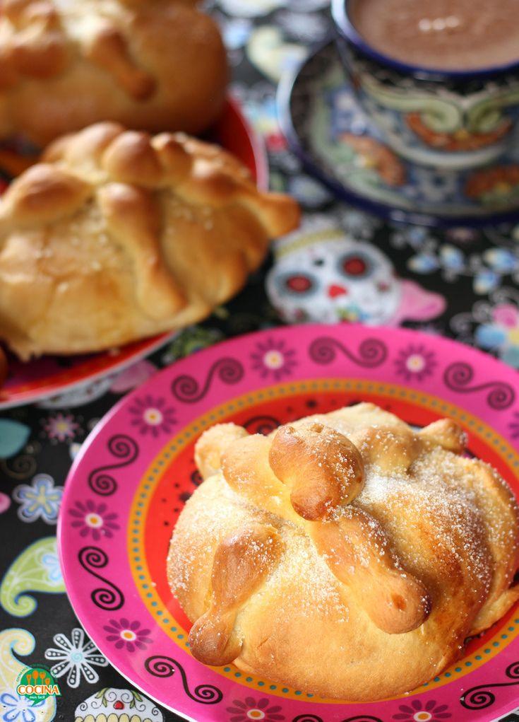 Receta tradicional para preparar pan de muerto casero. Estas hojaldras, son típicas del Día de Muertos en México http://cocinamuyfacil.com/hojaldras-o-pan-de-muerto-receta/