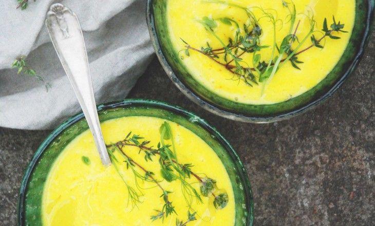 Vichyssoise är en fransk potatis-och purjolökssoppa som traditionellt serveras kall. Här har soppan kryddats med saffran och serveras varm, gärna med något