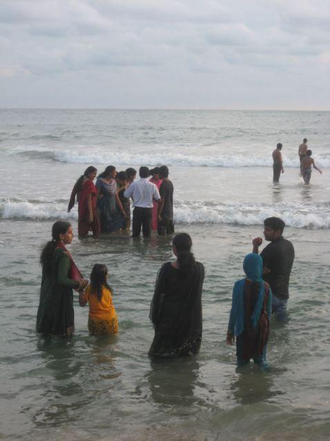 Banhistas indianos na praia de Kovalam, em Kerala