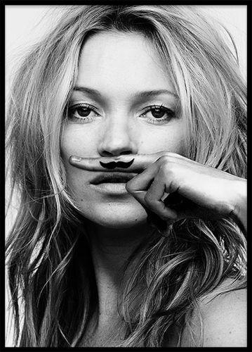 Denna snygga poster med motivet Kate Moss, Life is a joke, är från Lijst IN / Galerie TON. Detta foto är skapat av mode fotografen Craig McDean och är supersnygg att matcha tillsammans med våra andra fashionposters! www.desenio.se