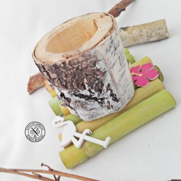 Trópusi témájú nyírfa gyertyatartó - 3590 Ft  Bambuszokon pihenő, fából készült flamingóval és virággal díszített gyertyatartó nyírfából. Varázsold otthonodba az egzotikus hangulatot ezzel a vidám tárggyal!  A nyírfa tartó méretei: magasság: 6 cm, külső átmérő: 6 cm A bambusz alap mérete (a legszélesebb pontoknál mérve): 10,5×12 cm