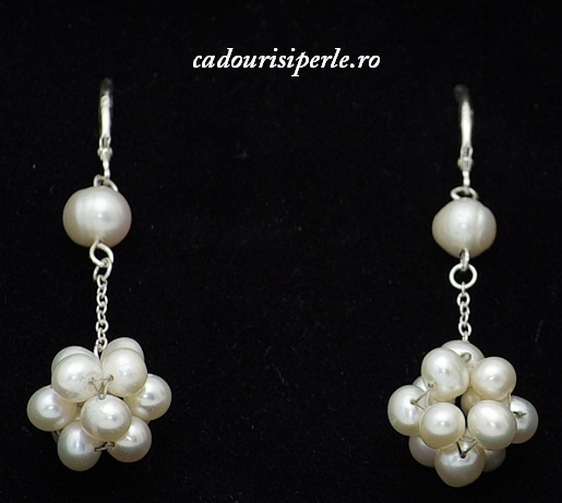 Cercei White Silver-Cercei din argint cu perle naturale albe, de 4-5 mm, realizati in intregime manual. Lungimea cerceilor, impreuna cu tortita este de aproximativ 4 cm.