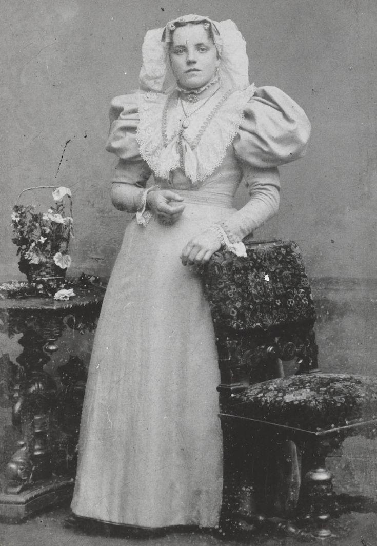 Vrouw, gekleed in de streekdracht van één van de Zuid-Hollandse Eilanden. #ZuidHolland