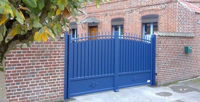 Un Portail En Aluminium Facon Grille En Fer Forge Couleur Bleu Roi Concu Par Art Portails Et Fabrique En Fran Art Et Portail Portail Garde Corps Aluminium