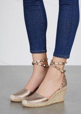 Hermosa combinación, jeans elastizados, arriba del tobillo y sandalias con taco chino de fibras vegetales ...