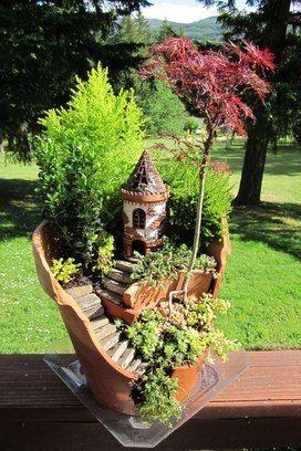 Vasos quebrados viram jardins