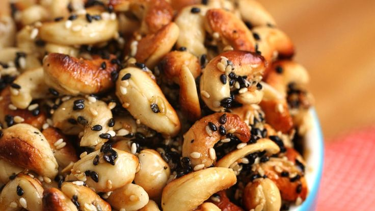 These Maple Sesame Cashews are true crowd pleaser. Clean Eating never tasted so good!