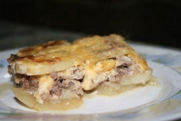 Мясная запеканка  Просто вкусно...  Ингредиенты:  картофель (6шт), фарш свинина+говядина (400г), грибы (100-150г), лук (1шт), сметана (1 стакан), яйцо, чеснок (2 дольки), соль, перец.  Приготовление:  Приготовление: Картофель очистить и нарезать тонкими ломтиками. Лук порезать полукольцами. Грибы порезать небольшими кубиками, смешать с фаршем и приправить солью и перцем.  Для заправки: сметану смешать с пропущенным через пресс чесноком, добавить сырое яйцо, соль, перец и хорошо…