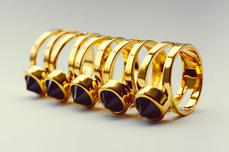 Anillo Lápiz!! anillo en bronce con baño de oro de 24k + zircon negro engastado al revez