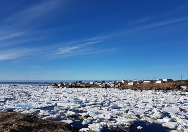 Vi befinner oss på 49 grader nord, det er midten av mai måned og vår på den nordlige halvkule. Vi ser isflak bølge som et hvitt lappeteppe med blå sømmer rundt isbryterferga fra Farewell, og vi hører flakene smelle mot skroget.