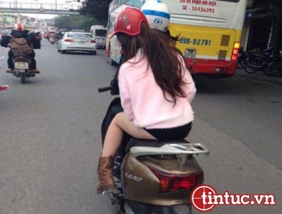 """Bức ảnh được chụp tại Hà Nội, ghi lại cảnh cô gái ăn mặc theo phong cách """"thời trang phang thời tiết"""" thản nhiên dạo phố."""