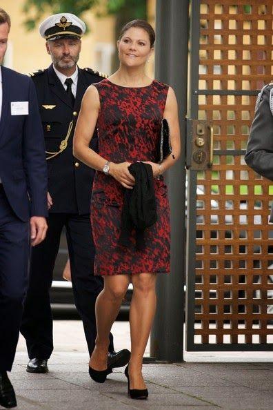Princesse héritière Victoria de Suède à un séminaire sur la mer Baltique à l'ambassade de Finlande à Stockholm. J'adore cette robe qui vient de chez RIL'S