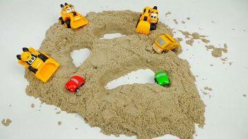 МАШИНКИ Грузовички и коварный песок - Видео для детей с машинками. Trucks for children http://video-kid.com/13624-mashinki-gruzovichki-i-kovarnyi-pesok-video-dlja-detei-s-mashinkami-trucks-for-children.html  Машинки грузовички экскаватор и бульдозер проводили свой обычный рабочий день, пока не встретили своего друга дорожного погрузчика, который решил поехать на праздник машинок. Всё бы ничего, если бы не дорога, по которой пришлось ехать погрузчику, а всё дело в том, что на той дороге…