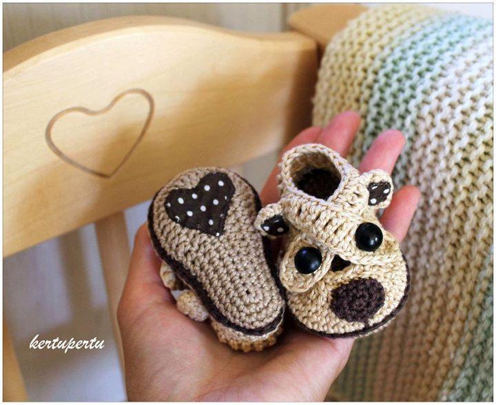 Sapatinho para bebê cachorrinho em crochê com aplicação em tecido