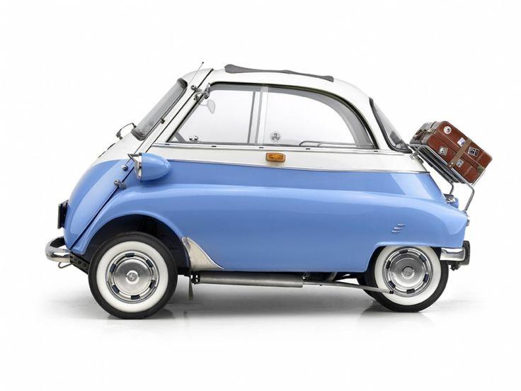 Der Microlino ist ein elektrisches Stadtauto auf der Basis von Kabinenrollern wie der BMW Isetta mit modern retro Design und Elektromotor, das Querpar...