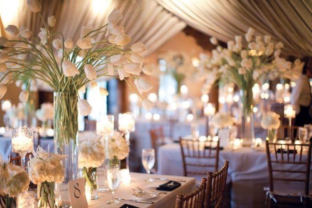 décoration de table mariage en tulipes blanches et vases hauts