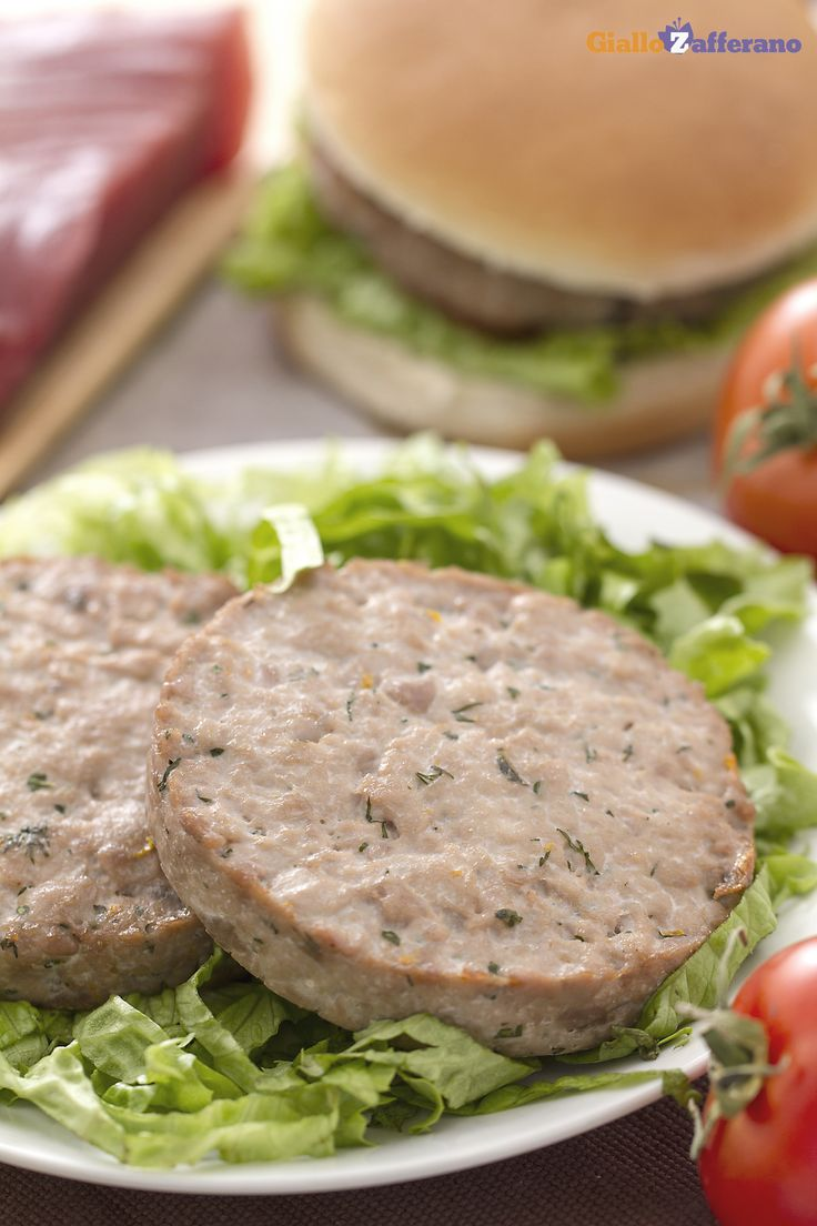 I BURGER DI #TONNO ALL'ARANCIA E ZENZERO (orange and ginger tuna burger) sono una profumata alternativa all'#hamburger di carne, accompagnato da salsa alla senape e miele. #ricetta #GialloZafferano #secondipiatti #italianfood