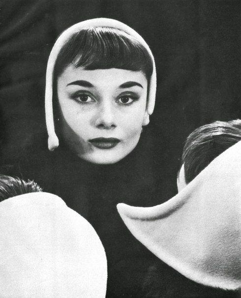 Одри Хепберн, тогда еще модель, на фотографии Эрвина Блюменфельда в его студии в Нью-Йорке. 1952 г.