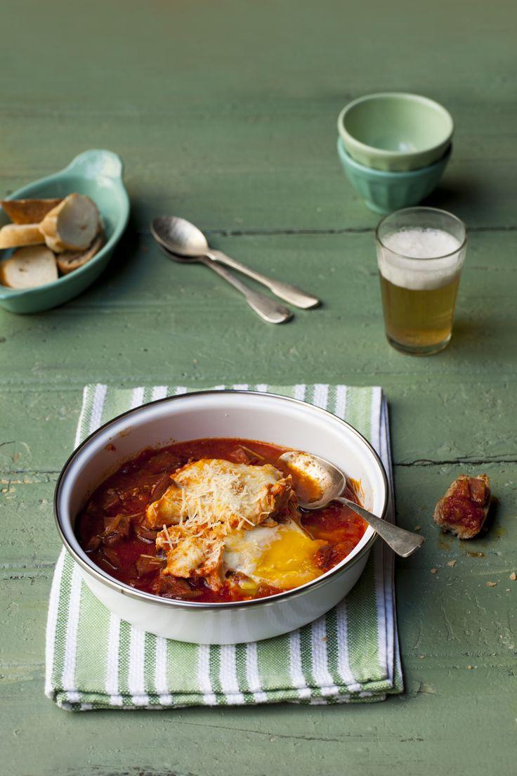 Quando você achava que todo tipo de ovo já tinha passado pelo seu garfo… Aparecem os ovos escalfados. Conhece? A receita é portuguesa e consiste em quebrar o ovo sobre o molho vermelho, onde já foram cozidas linguiças e ervilhas. Ai, ai, ai.