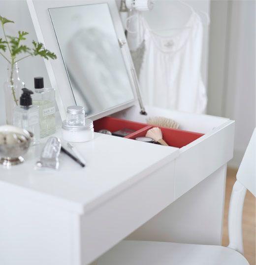 Närbild av vitt toalettbord med uppfällbar spegel.